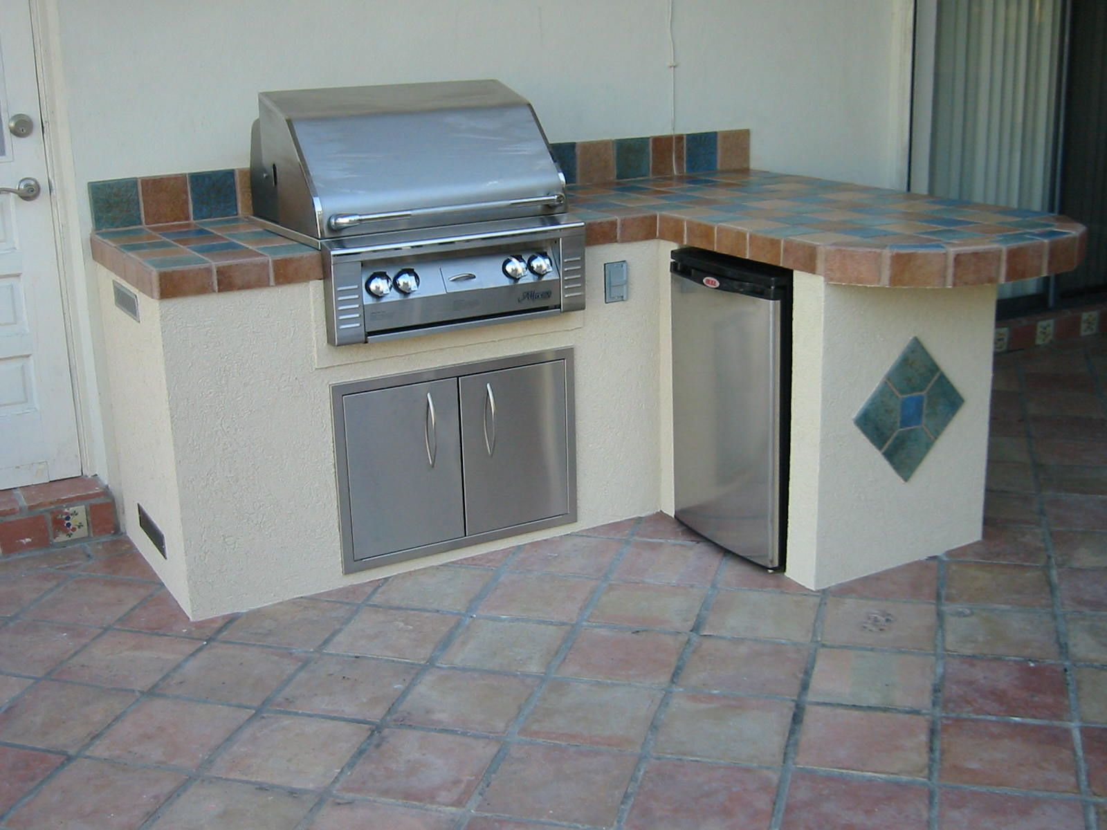 What kind of base design is this interesting outdoor grill tile