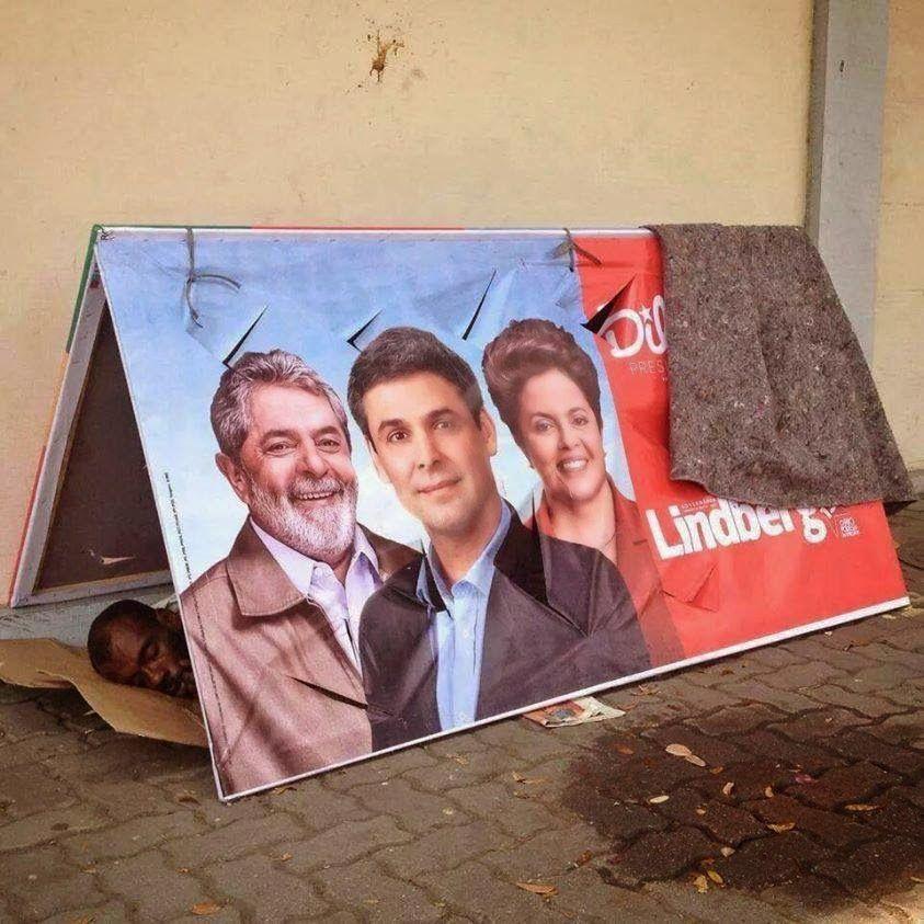 panorama:     Morador de Rua dorme embaixo de cavalete de L...