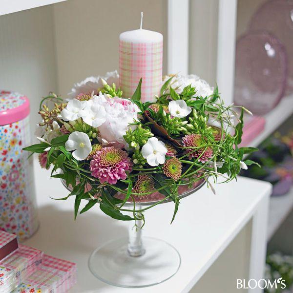 Ideen zum muttertag romantische blumengeschenke blumengesteck mit kerze tischdeko - Blumengestecke ideen ...