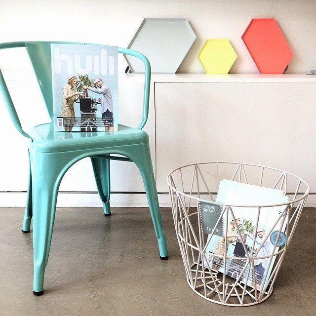 Tolix käsinojallinen tuoli, Wire kori, Huili lehti, Kaleido tarjottimia. #huililehti #tolix #fermliving #kaleido #haydesign