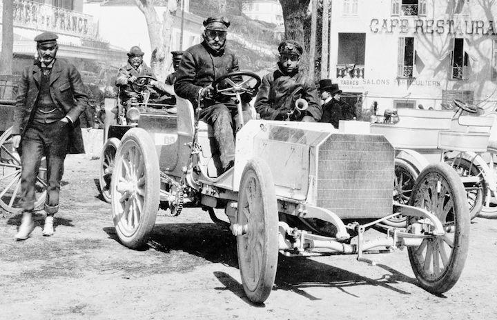 Karl Benz brevetta quella che sarà poi l'automobile (brevetto N° 37435) . Insieme al suo socio Daimler, dopo alcuni esperimenti partendo da una bicicletta, arrivano a costruire il progenitore delle automobili, creando per la prima volta il motore a scoppio. Dovremo aspettare il 1901 per vedere quella che sarà una vera e propria automobile, ovvero la Mercedes 1901, chiamata così in onore della moglie di un imprenditore che aveva commissionato a Daimler e Benz il primo autoveicolo.