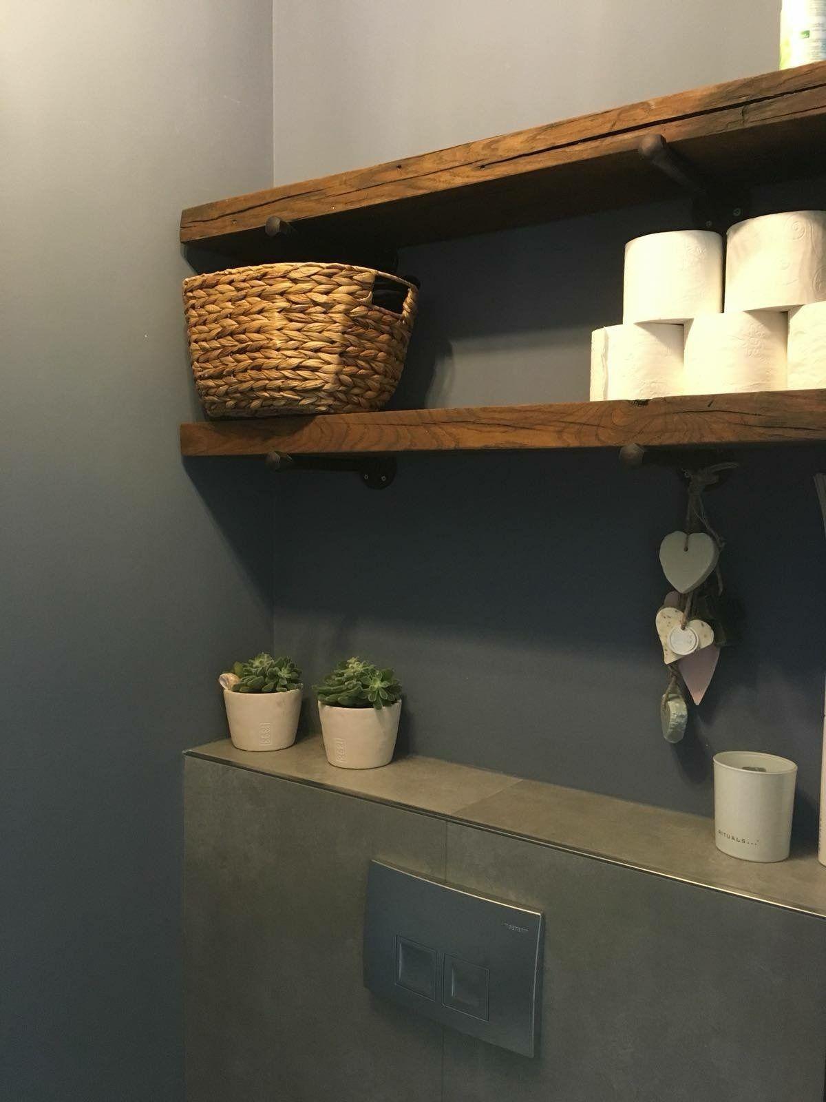 Planken in de WC als opbergruimte voor WC rollen en overig #downstairsloo