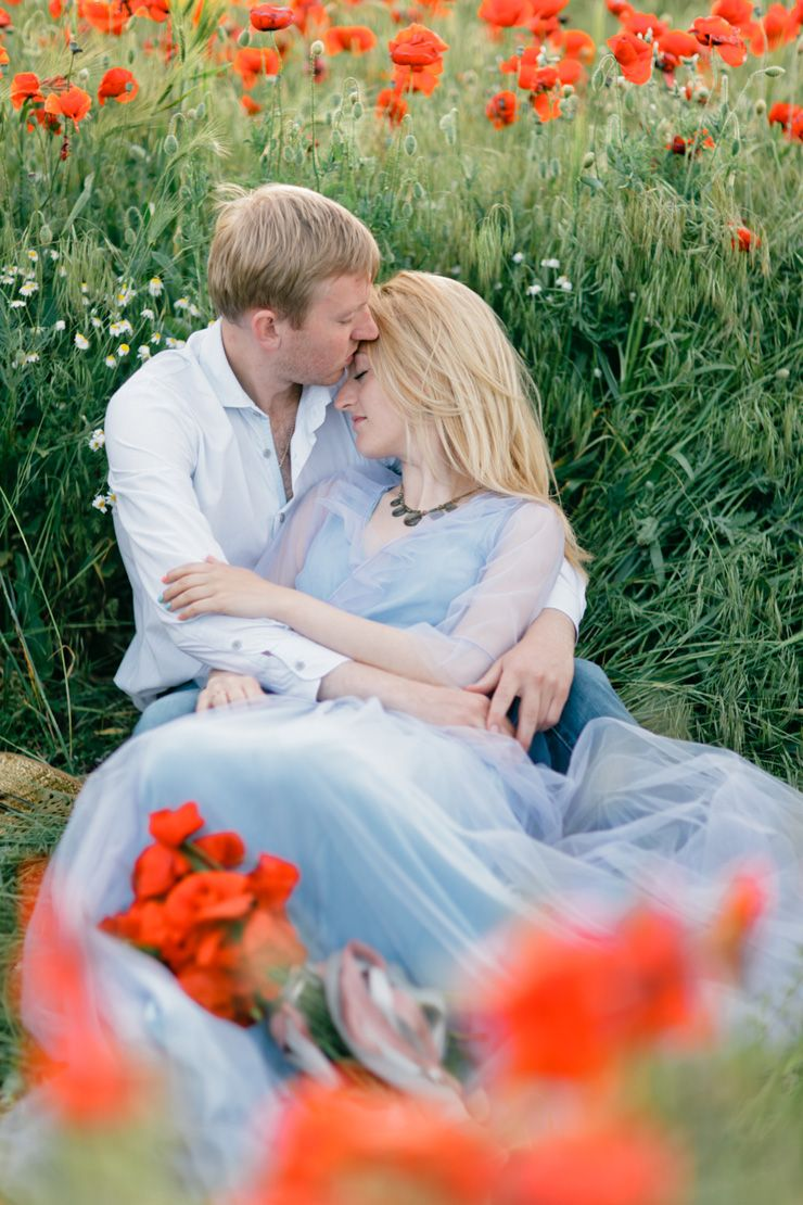 Pre-wedding shoot in a poppy field | fabmood.com