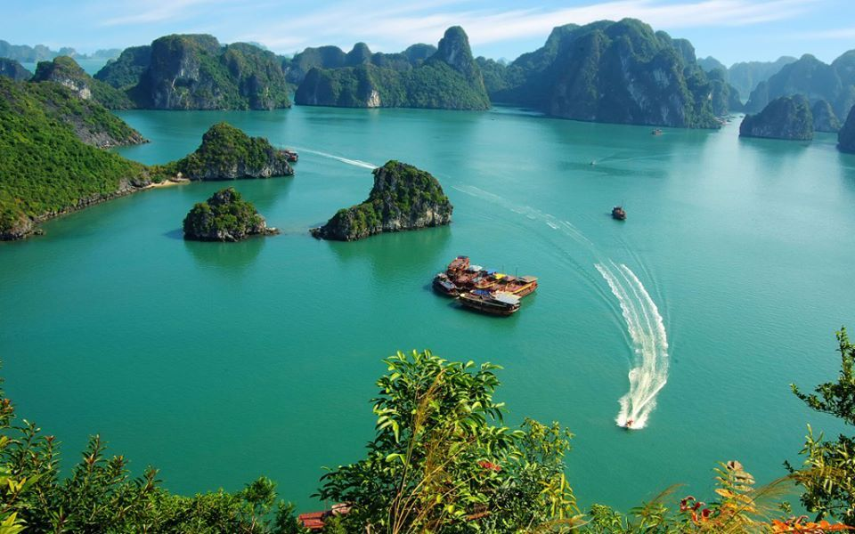 Halong Bay Vietnam   The World Natural Heritage!, Halong Bay now is well-known as the paradise of sea and islands with thousand of lime-stone mountains and islets in various sizes and shapes. Furthermore, this is also a wonderful destination for cruising, kayaking and enjoying tropical charming beaches.