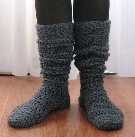 Here\'s a fun free pattern for a chunky knee-high sock. These are ...