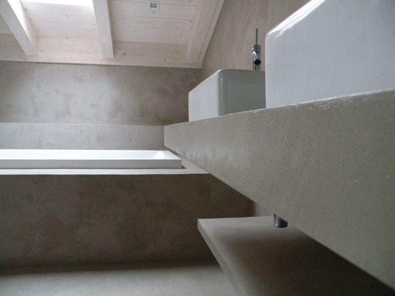 Badkamer met rond bad en muren in de beton cire het badhuys het