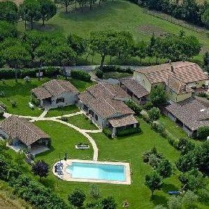 CASCINA RESORT Via podere del piano, 32 Castello delle Forme, Marsciano (PG) Tel 075 8742 122 – Cel 348 4125321 info@lacascinaresort.it www.lacascinaresort.it