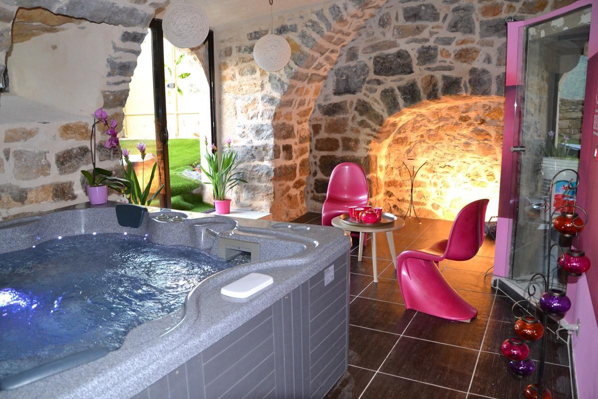 Pour Une Nuit Insolite Et Originale Avec Massage Relaxant La Suite Prestige Soleil Eau Spa Vous Permettra De Profiter Nuit Insolite Hotel Insolite Spa