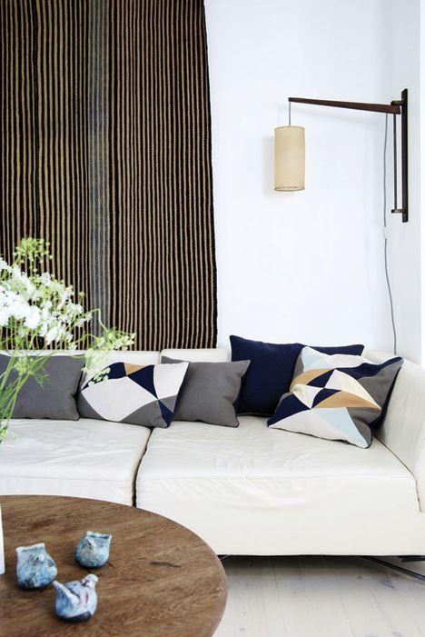 Sofaen fra Bolia har fået personligt præg med puder designet af Lena ...