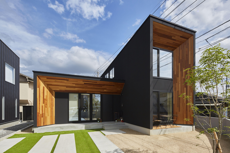 黒の外壁とレッドシダーの木板張りが目を惹く外観 ベルホーム 完成