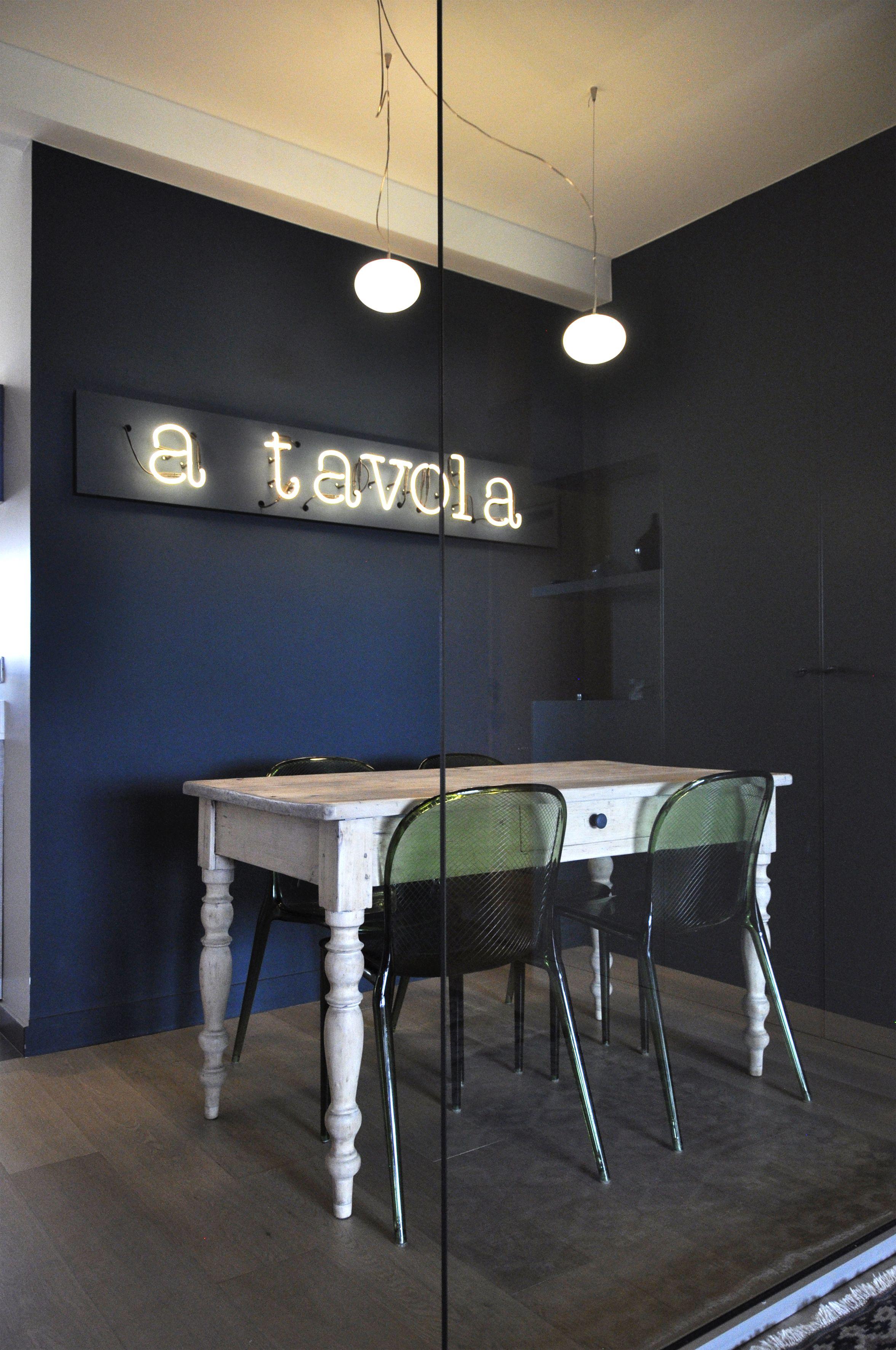 barbara s rencontre un archi mur bleu marine salle. Black Bedroom Furniture Sets. Home Design Ideas
