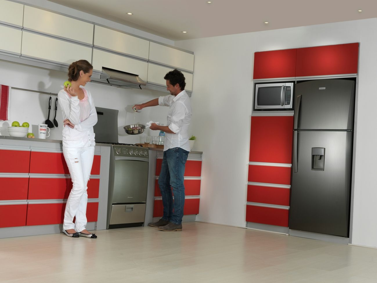 Cocina Ibiza. Refrigeradora RI-580. Ambiente de Cocina Croma & Rojo ...