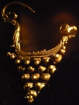 De España hasta los cantares:  Serradilla Treasure,found in Caceres,Spain Phoenician gold earring