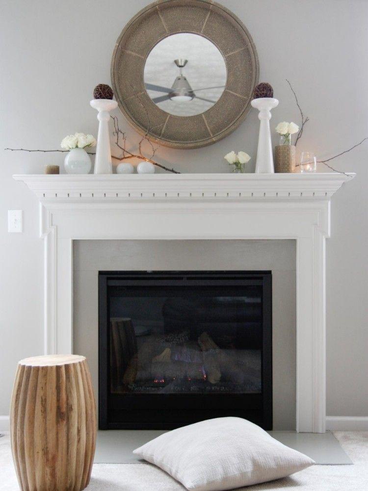 dekorativer Kaminsims in Weiß und runder Spiegel Wohnzimmer