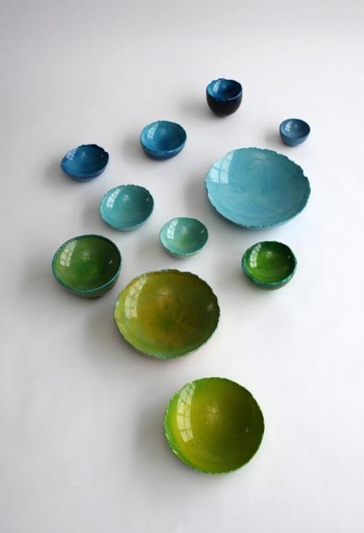 Maarten De Ceulaer vierte yeso mezclado con colorantes alimentarios en los globos para crear copas hermosas y únicas.
