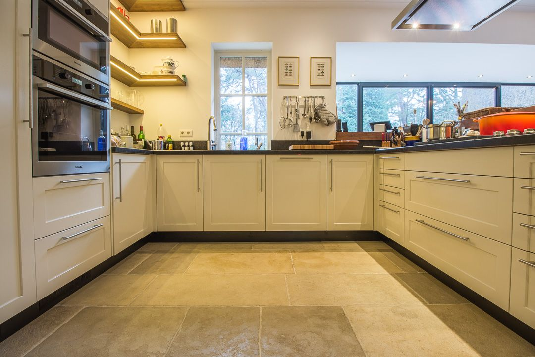 Pietra Etrusca Beige Anticato Bourgondische Dallen #woonkamer #living #kalksteen #limestone #vloer #floor #flooring #tiles #tegels #interieur #interior #interieurdesign #interiordesign