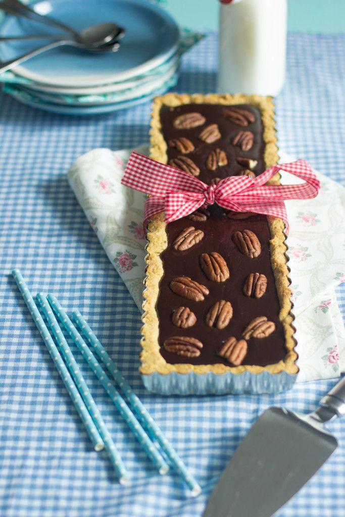 Gluteeniton suklaa-pekaanipiirakka. Kun karamellimaisen toffeinen täyte yhdistetään ihanaan piirakkapohjaan,  ei ketään yllätä se, että menekki oli kova.