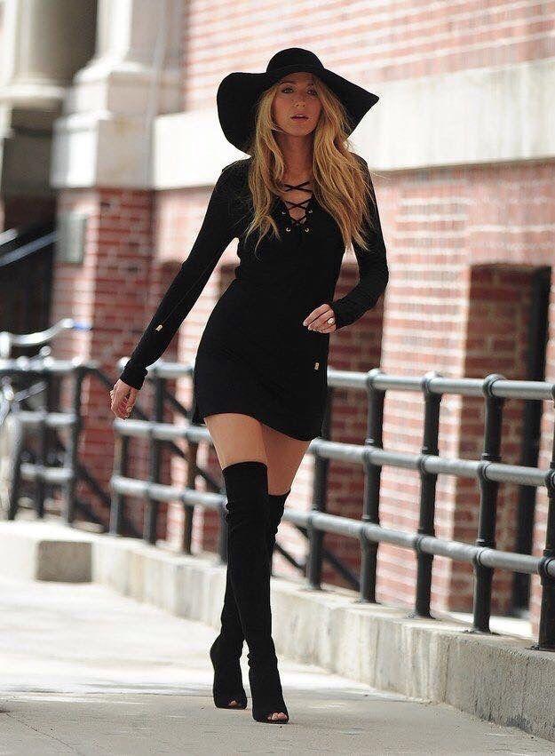 Mujer alta vestida de negro rock