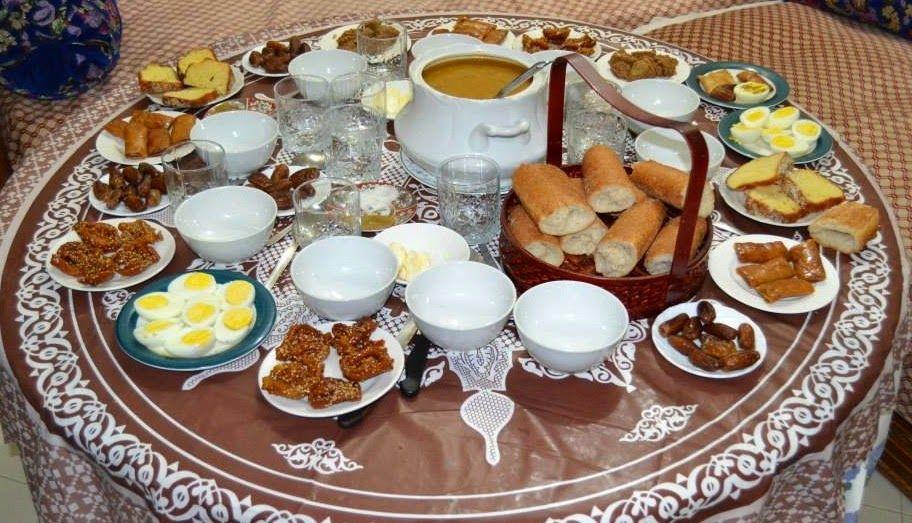 Gedekte tafel voor de iftar tijdens de Ramadan (Marokko)