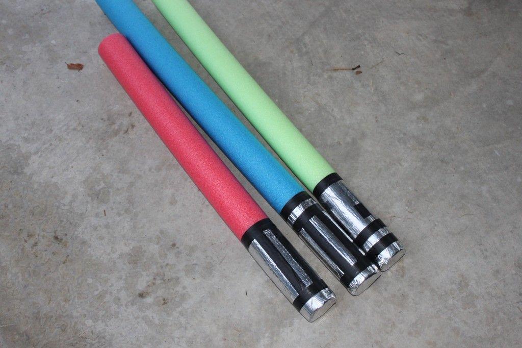 Endlich eine einfache und günstige Idee, um ein ungefährliches,  nicht-elektrisches Lichtschwert zu bauen! Yay!  Make a Pool Noodle Lightsaber - These would make terrific Christmas gifts if you can find the pool noodles