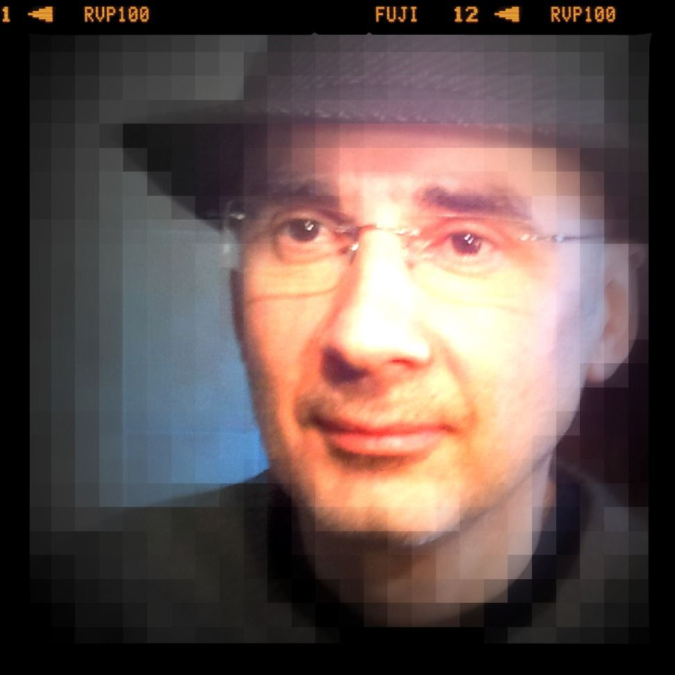 The artiste himself !  http://itunes.apple.com/fr/album/id400065278?affId=1108120