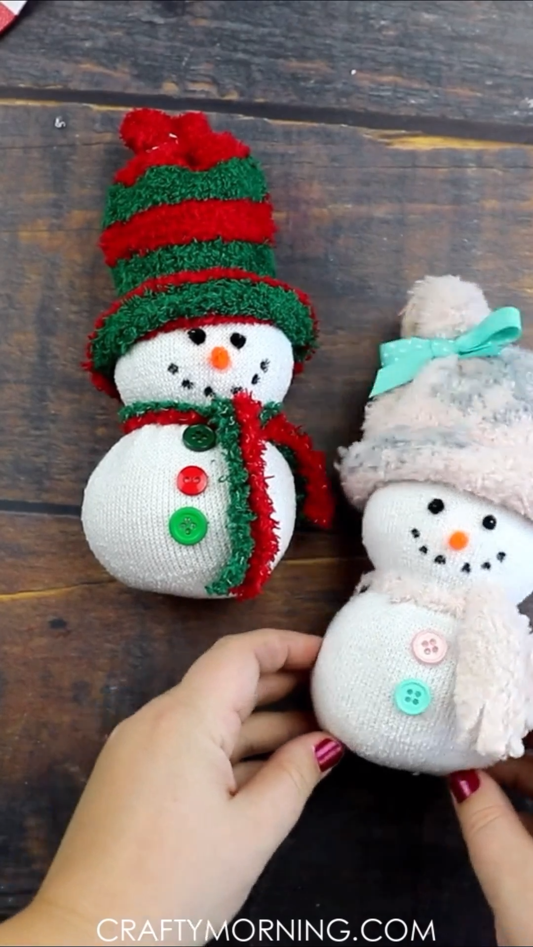 Easy Sock Snowman Craft- fun christmas craft for kids to make! Fun christmas art project that you can make in the classroom, daycare, etc. Homemade DIY Project to put up for holiday decor! Fuzzy sock snowmen. Directions/step by steps.