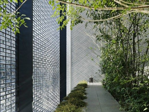 17/01/2013 - L'Optical Glass House di NAP Architects si trova nel distretto finanziario di Hiroshima e, come tale, completamente circondata da edi