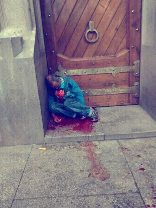 Homem morre  ao salvar mulher refém de bandido,seu corpo jaz á porta da Catedral da Sé a espera de  sepultamento sem honras.