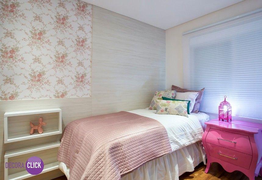 Hoje é dia de QUARTOS! Simples e feminino, este quarto ganhou um charme todo especial com o criado-mudo pink. O papel de parede florido completou o ambiente, deixando super delicado. Projeto: Daniela Inês.
