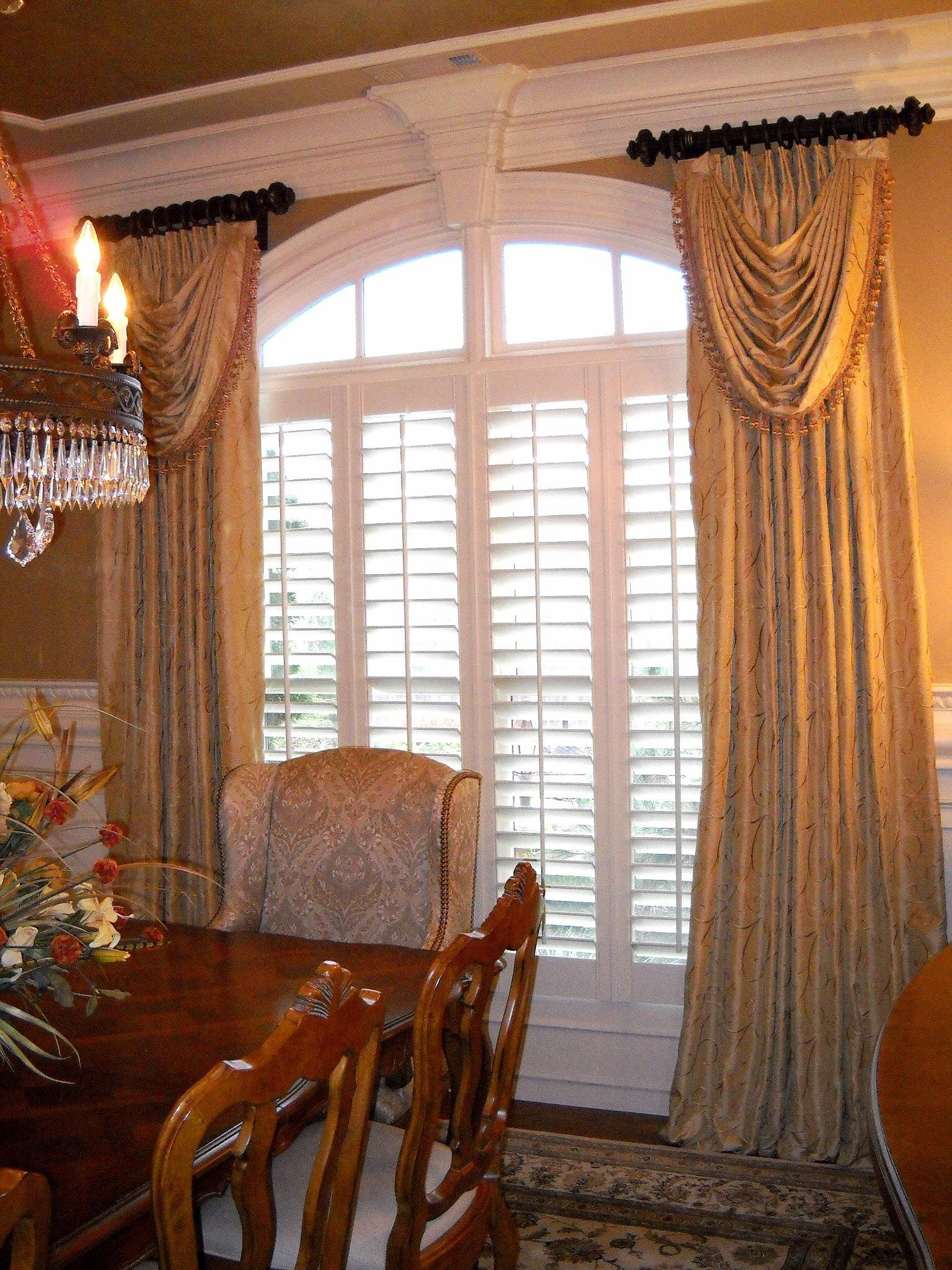 Windowtreatments ring curtains with swags in gold silk for Valances for dining room windows