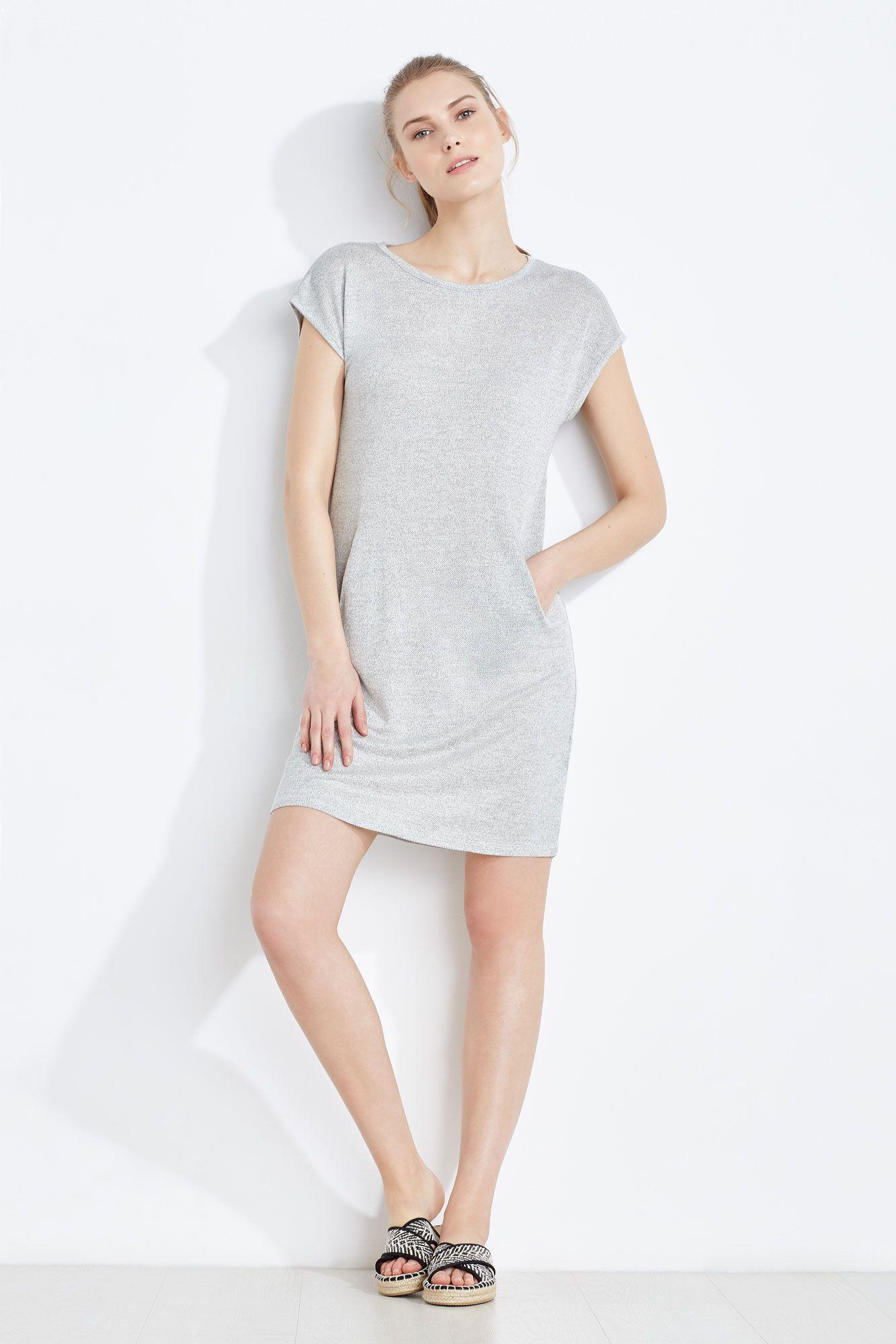 f0a6007f71 Vestido corto estilo camiseta larga de manga corta con textura tricot y  cuello redondo