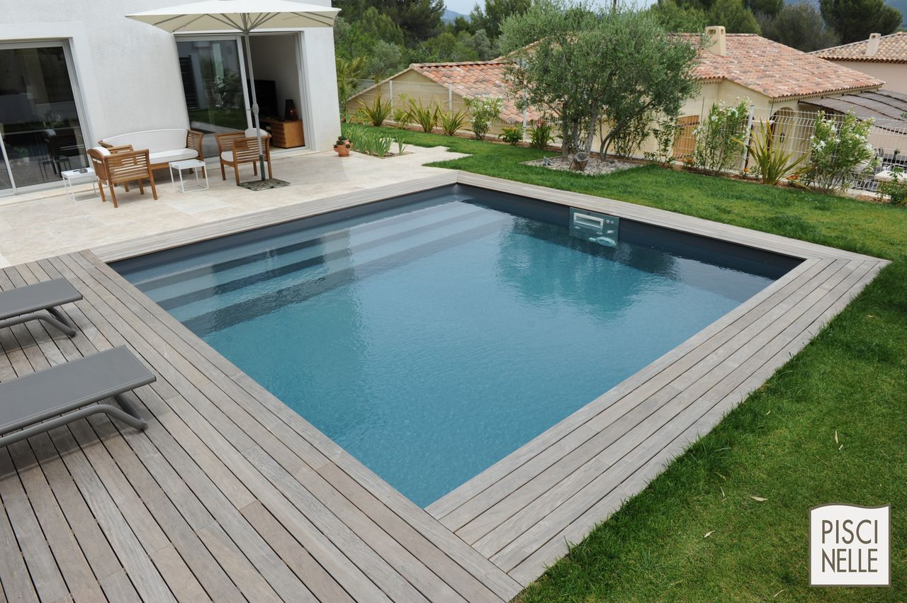 Une piscine carr e piscinelle face une maison moderne for Amenagement jardin carre