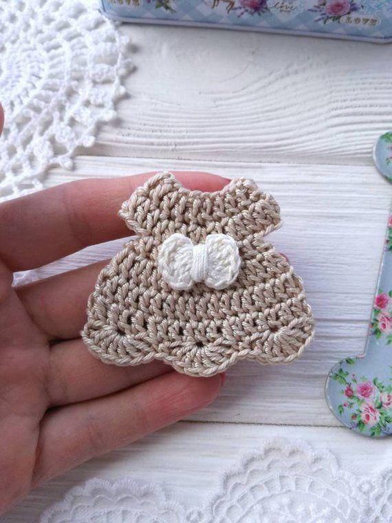Kleines Häkelkleid. Sammelalbumapplikation. Nähapplikation.   – all crochet
