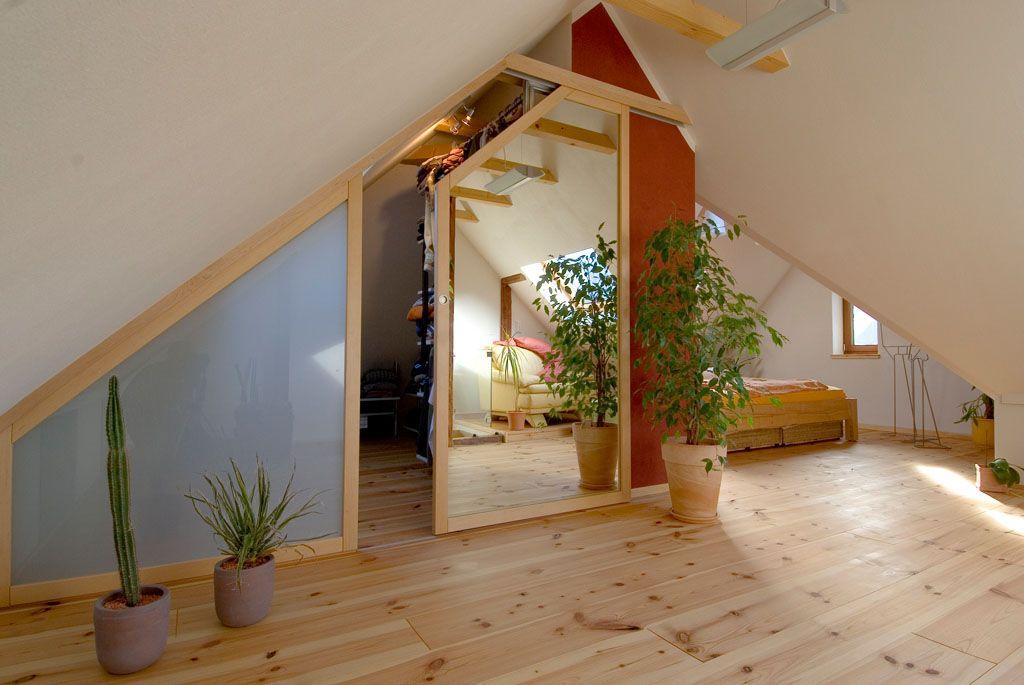Lovely begehbarer Kleiderschrank in der Dachschr ge helles Holz Kiefer und Spiegel