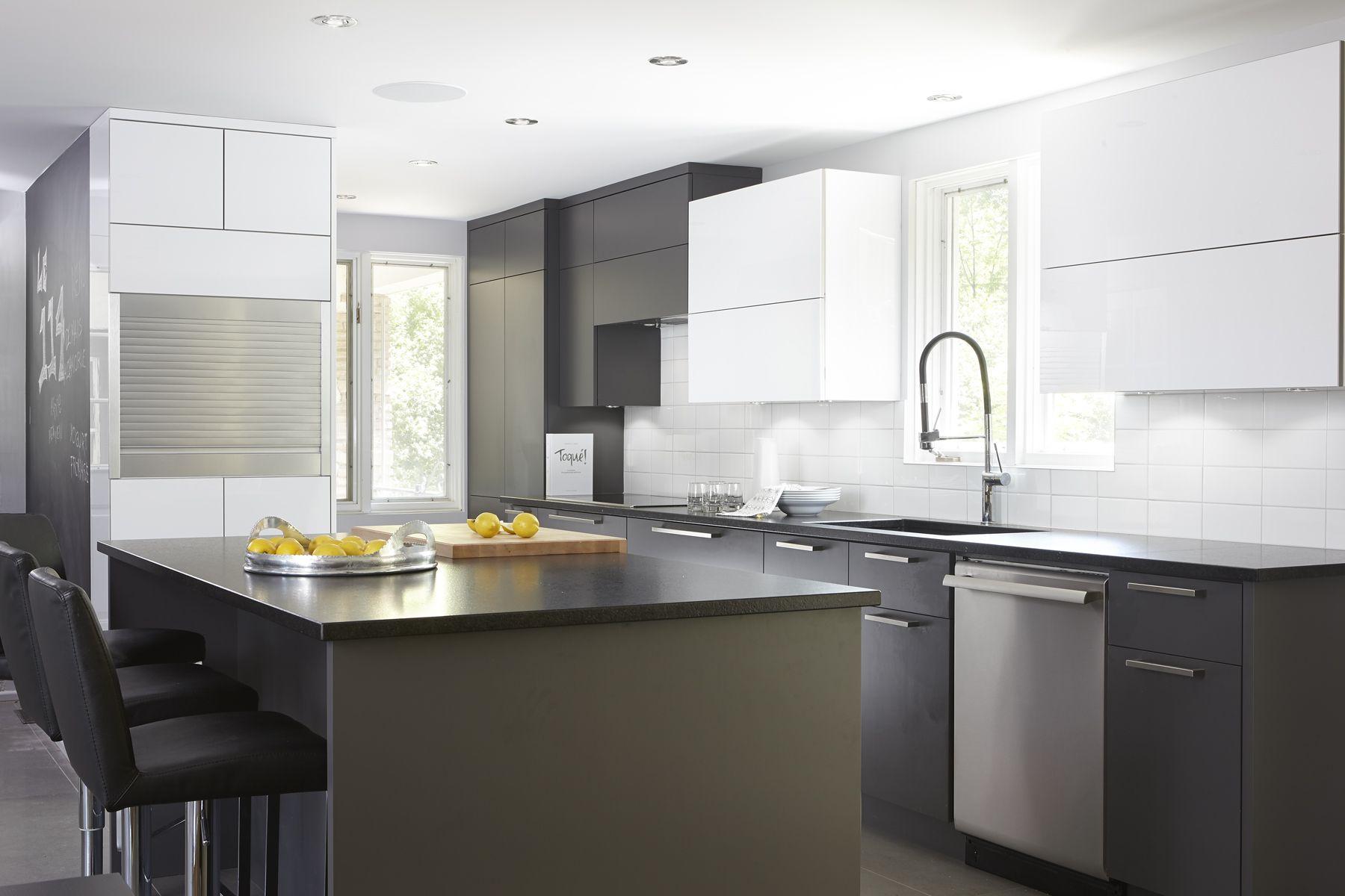 cuisine moderne compos e de panneaux d 39 armoires de cuisine. Black Bedroom Furniture Sets. Home Design Ideas