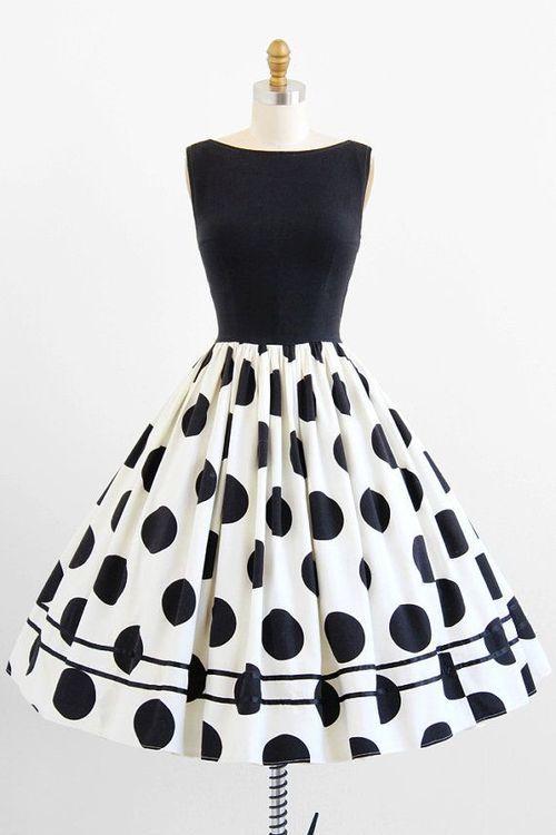 En snygg klänning i 50 tals stil retro vit polka