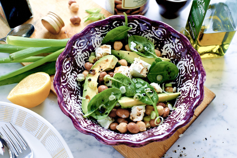 Citron och krämig avokado ger god fräschör till denna mättande sallad med bönor.