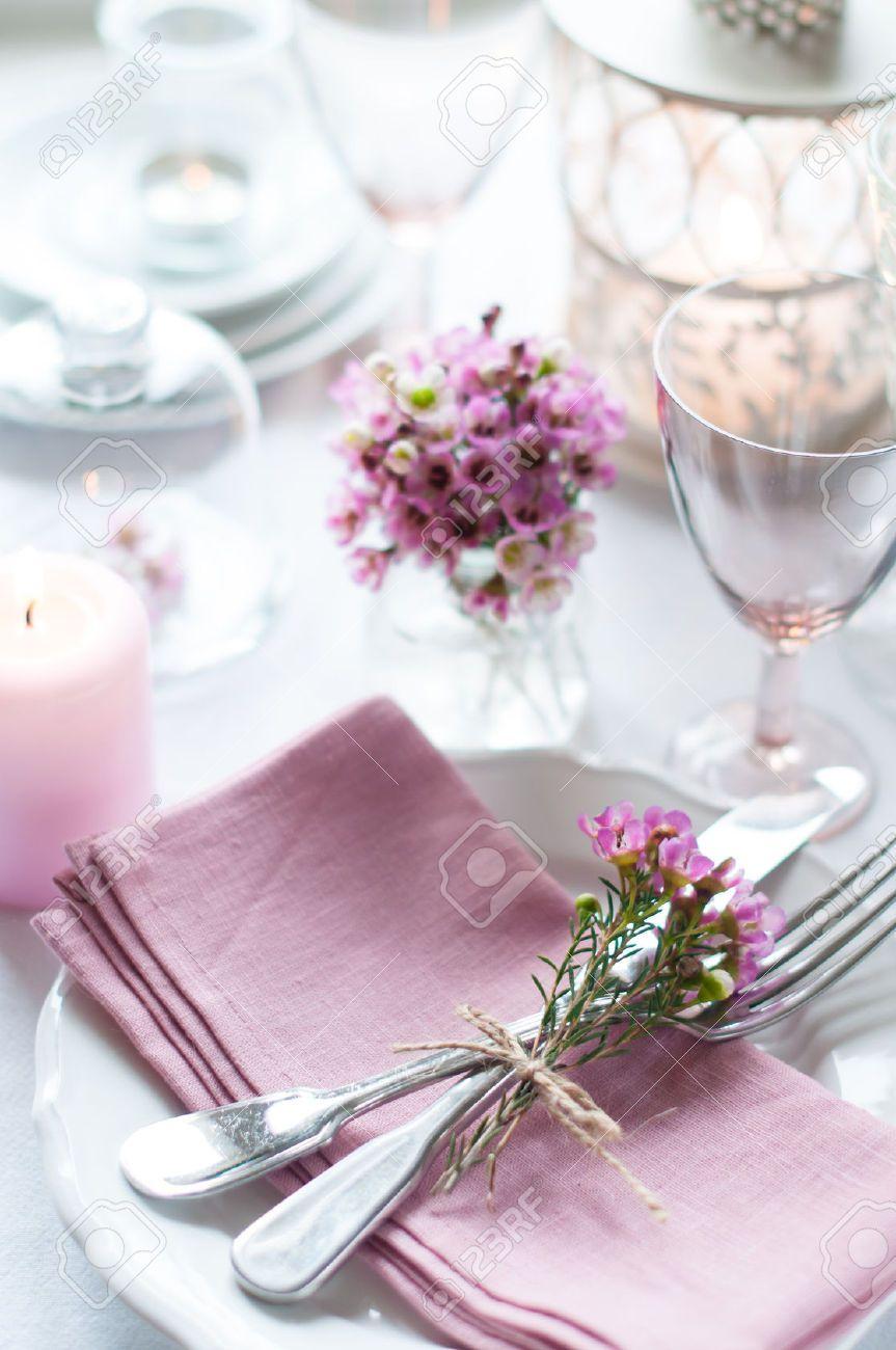 26173040 festliche hochzeit gedeckten tisch mit rosa for Tisch design servietten