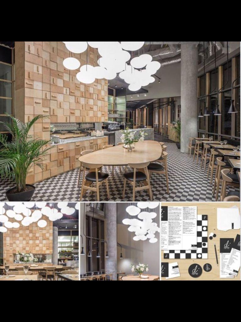 Restaurante donde predomina la madera y con toques de estilo industrial