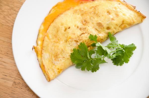 Cómo hacer un omelette de huevo. El omelette o tortilla francesa es una de las recetas más populares de Francia, una opción deliciosa para disfrutar en el desayuno o, si lo prefieres, también en la cena. Aunque habitualmente suele el...
