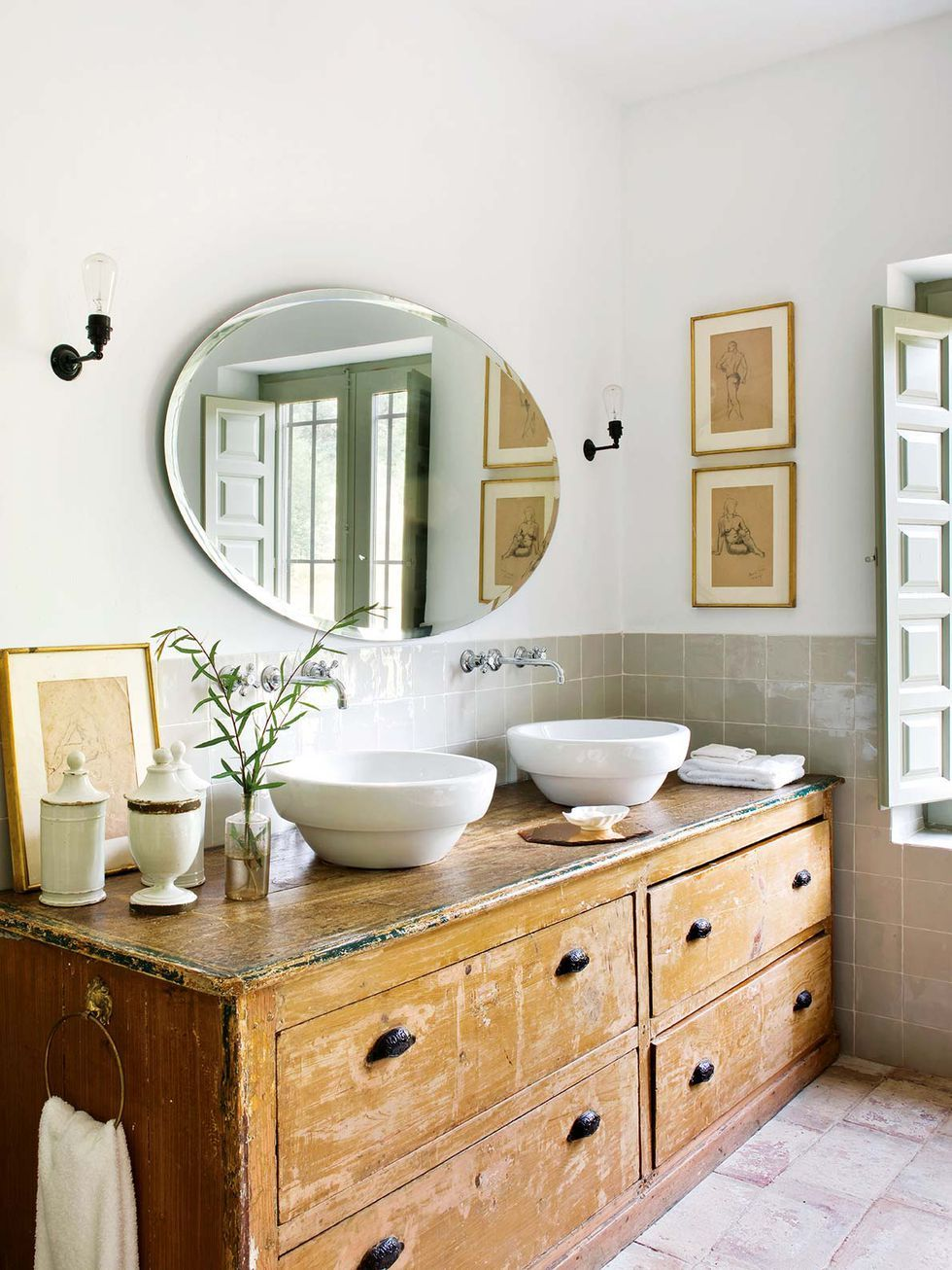 Une maison en teintes douces dans la campagne espagnole - Salle de bain maison de retraite ...