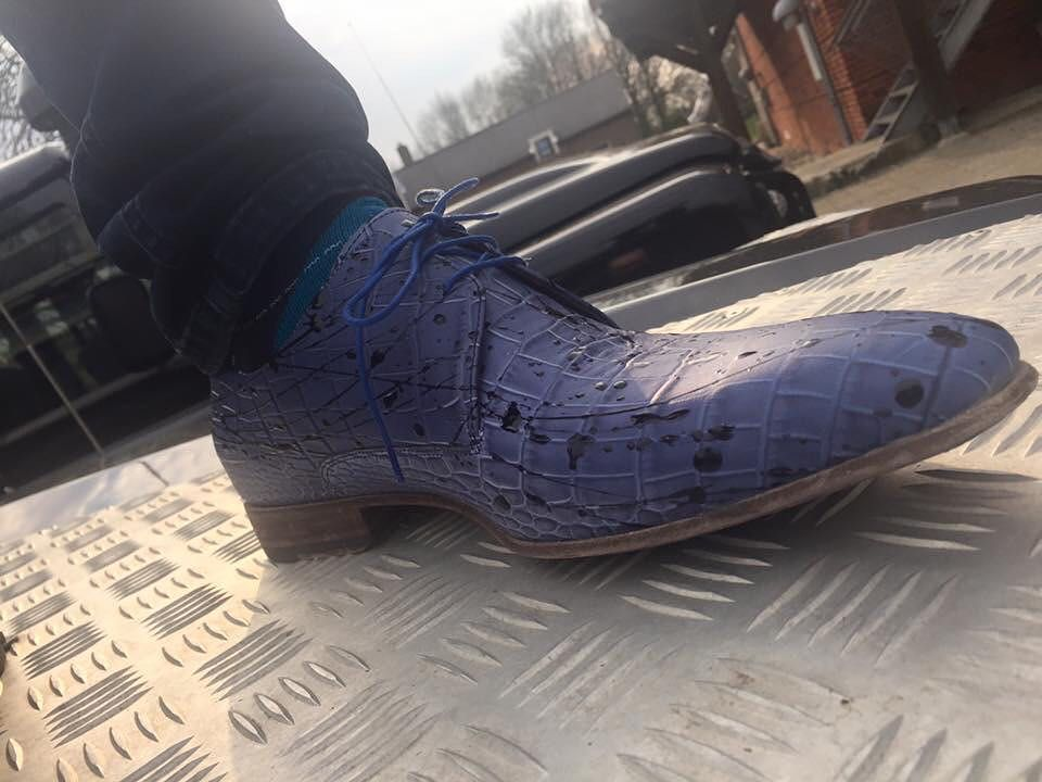 Meer blauw op straat !  Lekker eigenwijs met Floris. Gekleed en toch ondeugend. https://goo.gl/Ox6NZJ Stijl & klasse ontmoeten elkaar met deze van Bommels. Durf jij? Kom straks naar Exloo. #schutrupsschoenen #exloo #lookgood #lookbook #lookoftheday #mancrush #manswear #florisvanbommel #blue #unique #special #dutchdesign #vanbommelshoes #manswearstyle #conceptstore #schutrupsmen #spring #beer and #shoes #beerandshoes #defender #landroverdefender #defenderlove by schutrups_schoenen Meer blauw…