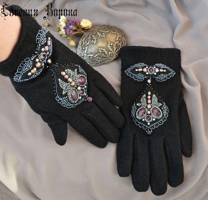 Перчатки с вышивкой из бисера