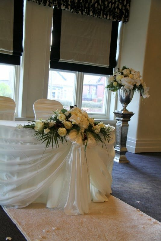 Arreglo floral para la esquina de la mesa del juez civil decoracion mesas boda boda y mesas - Decoracion ceremonia civil ...