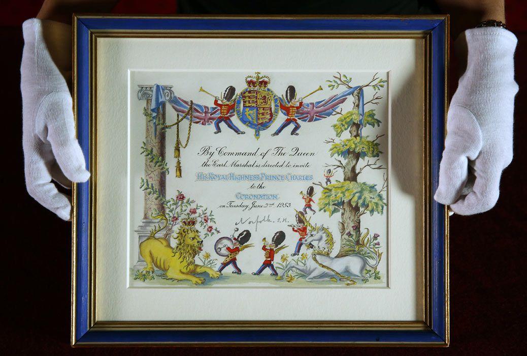 El Palacio de Buckinham inauguró una exhibición de maravillosos vestidos, capas y gemas usados por la Reina Isabel II de Inglaterra en 2 de junio de 1953
