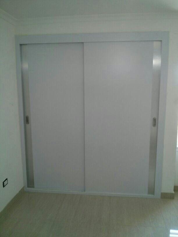 Closet en f rmica blanco mate y brushet metalizado con for Ideas de puertas corredizas