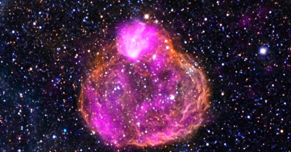 Nasa (Agência Espacial Norte-Americana) mostra a superbolha DEM L50, localizada na Grande Nuvem de Magalhães, a 160 mil anos-luz da Terra. Superbolhas são encontradas em regiões onde estrelas massivas se formaram nos últimos milhões de anos. As estrelas de grande massa produzem radiação intensa, expulsam a matéria em alta velocidade e evoluem até explodir como supernovas. Os ventos e as ondas de choque da supernova esculpem enormes cavidades no gás circundante chamadas superbolhas