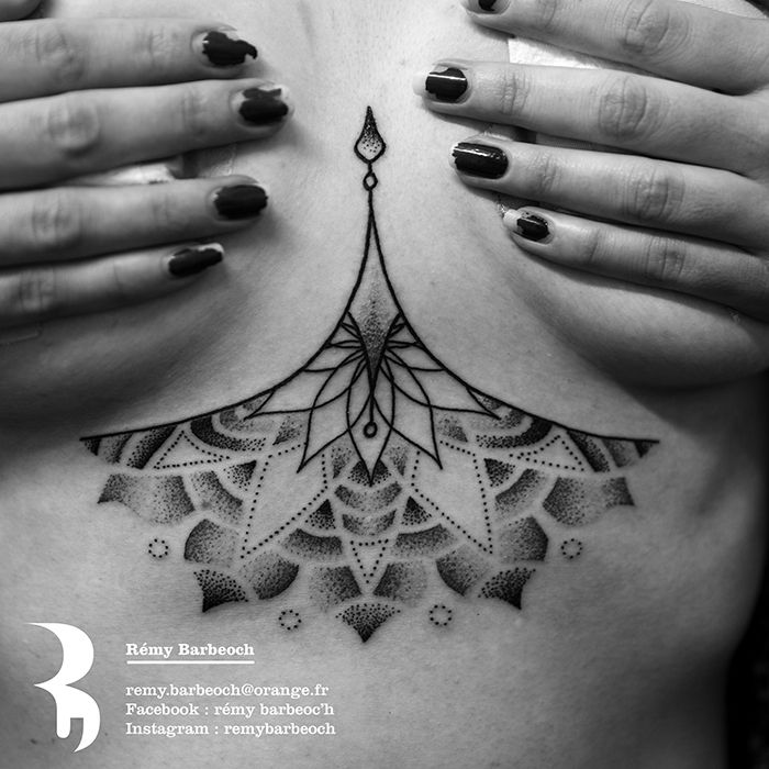 Tattoo tatouage underboobs seins mandala dot dotwork graphic graphique geometric tatoo - Tattoo poitrine femme ...