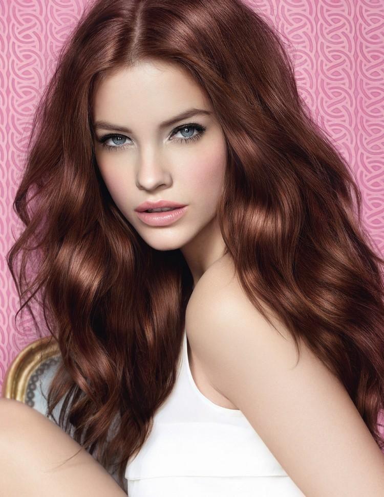Mahagoni Haarfarbe und Wellen Frisur Burnett