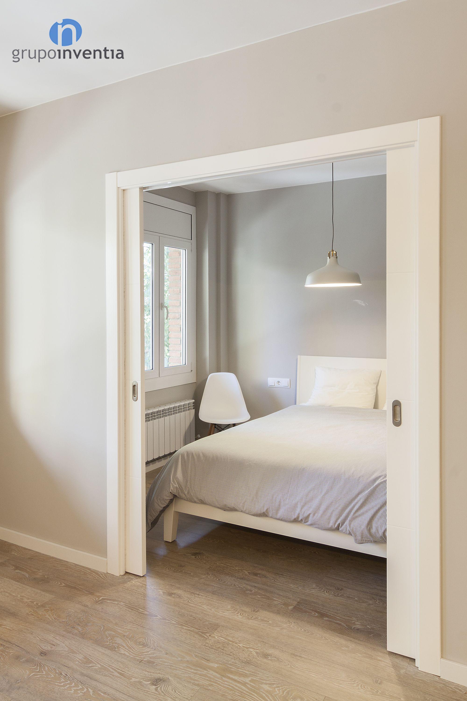 El Dormitorio Se Rehabilit Con Una Puerta Corredera Y Un Amplio  ~ Puertas Correderas Para Vestidores